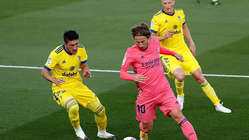 Reals Luka Modric (am Ball) gegen zwei Spieler des Neulings Cadiz