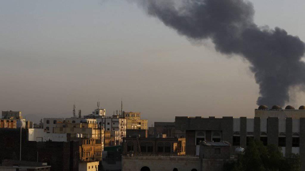 Rauchsäule über der jemenitischen Hauptstadt Sanaa. (Archiv)