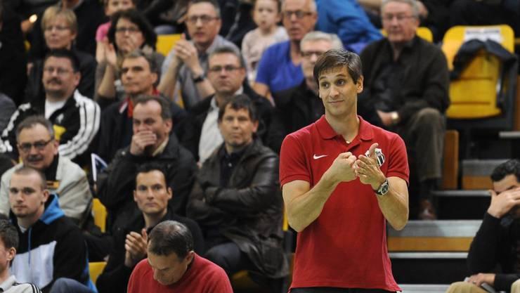 Pfadi-Trainer Adrian Brüngger (stehend) verliert mit seinem Team in Minsk