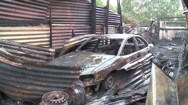 Feuer zerstört Autogarage in Dietikon