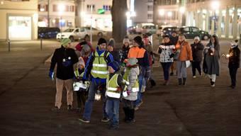 Vergangene Woche spazierten rund 15 Personen durch Weinfelden. Für den Lichtermarsch trugen sie Kerzen, aber keine Masken.