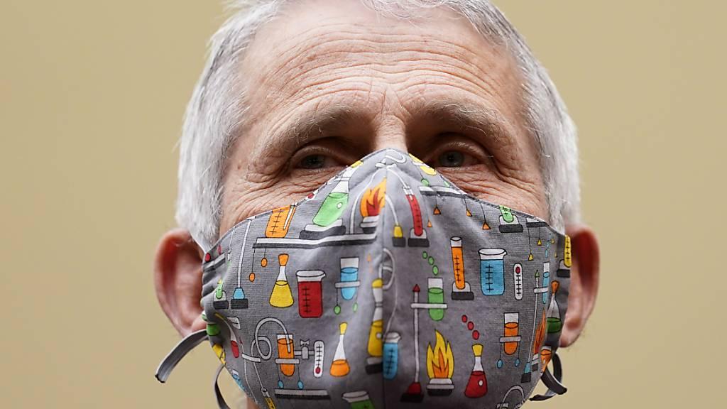 Anthony Fauci, Direktor des Nationalen Institut für Allergien und Infektionskrankheiten, trägt eine bunte Community-Maske und spricht bei einem Treffen mit Mitgliedern des Unterausschusses für die Corona-Krise. Foto: Susan Walsh/AP/dpa