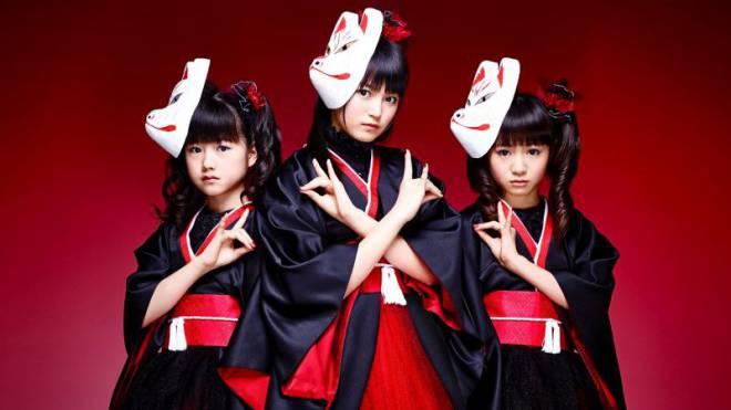 Stellen die Welt der Metalbands auf den Kopf: Die japanische Band Babymetal kombiniert harten Sound mit mädchenhaftem Aussehen. Foto: HO
