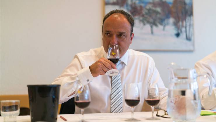 Markus Dieth am Degustieren: Der neue Finanzdirektor führte die Tradition seines Vorgängers Roland Brogli weiter.Mario Heller