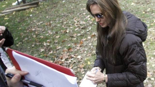 Angelina Jolie unterzeichnet Autogramm