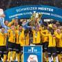 Festhütte Stade de Suisse: Die Young Boys und ihr abtretender Captain Steve von Bergen (mit Pokal) feiern erneut den Meistertitel, den dreizehnten insgesamt.