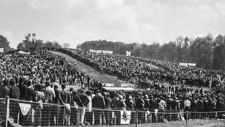 In den Glanzzeiten des Moto-Cross Wohlen säumten bis zu 40000 Zuschauer die Rennstrecke. 1963, als diese Aufnahme entstand, waren es laut MSC-Chronik rund 25000.Archiv Ernst Meyer