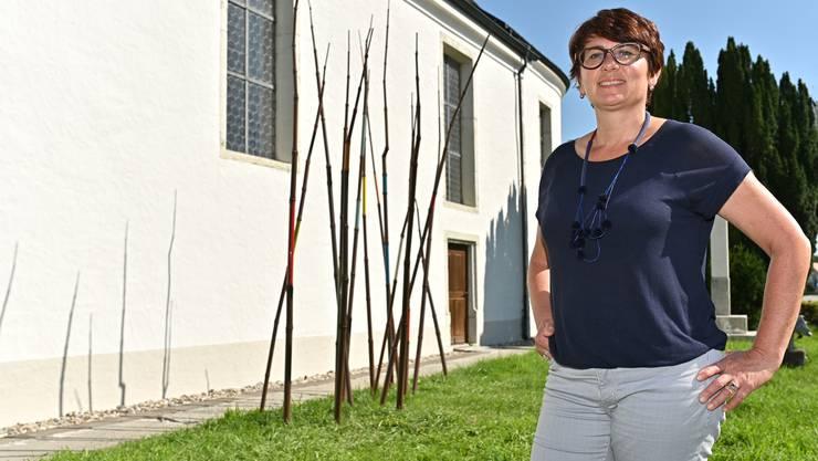 """Judith Nussbaumer neben """"Bamboo"""": Die Installation bestehend aus 15 Eisenstangen Rohren kündigt den Beginn der Innenausstellungssaison in der Alten Kirche an."""