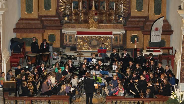 Die grosse Formation der JMS und der Musikschule Solothurn benötigte allen Platz, welchen die Jesuitenkirche zu bieten hatte.