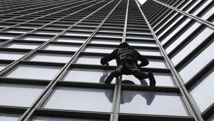 """Den Aufstieg am Total-Gebäude in Paris meisterte """"Spiderman"""" Alain Robert am Montag in 52 Minuten. Er protestierte damit gegen die Rentenreform der Regierung."""