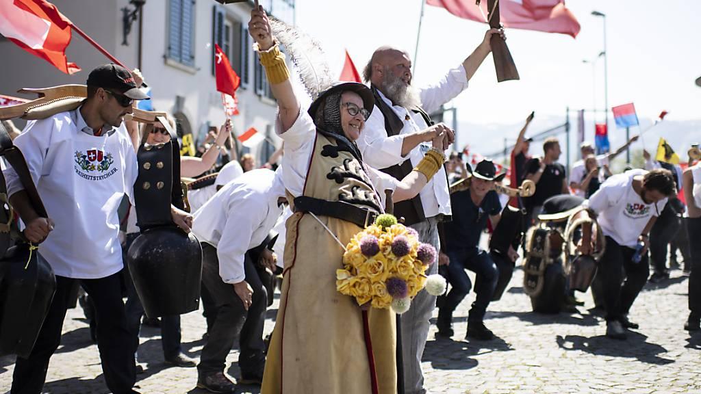 Mit Treicheln und «Willhelm Tell» gegen die Corona-Schutzmassnahmen: Demonstration in Rapperswil-Jona.