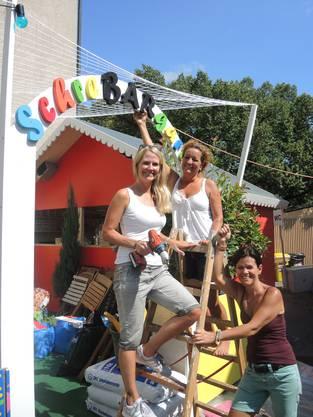 Alexandra Wiegand, Regina Berger und Barbara Peterhans (von links) haben gerade den letzten Buchstaben über dem Eingang ihres «SchreBARgartens» montiert.