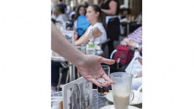 Die Bettlergruppe belästigt Gäste direkt an den Tischen und lässt sich nicht so leicht abwimmeln. Foto: Kenneth Nars