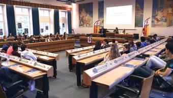 Am Jugendforum 2014 debattieren rund 70 Jugendliche im Landrat über aktuelle Themen.