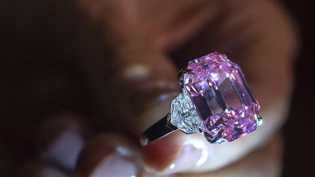 Ein rosafarbener Diamant von knapp 19 Karat hat auf einer Auktion in Genf einen Preis von 39,1 Millionen Euro erzielt.