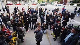 Chefredaktor Andras Muranyi (in der Mitte) und Mitarbeiter der Oppositionszeitung standen am Sonntag vor verschlossenen Redaktionsräumen.