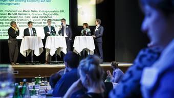 Podiumsdiskussion mit – von links – Karin Salm (Moderation), Benoit Demierre, Michael Hermann, Pierre-Arnauld Fueg, Julia Hofstetter und Dominik Georgi.