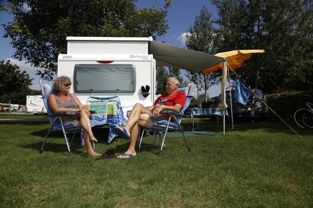 Ein Paar aus der Stadt Bern geniesst die Ruhe auf dem Campingplatz