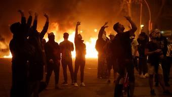 """Brennende Autos, Böller und """"Gegenstände mit Säure"""": In Barcelona machten katalanische Unabhängigkeitsbefürworter erneut Randale."""