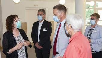 Anneliese Seiler (links) und Katharina Hirt (2. v.r.) im Gespräch mit Gesundheitsdirektor Jean-Pierre Gallati (Mitte).