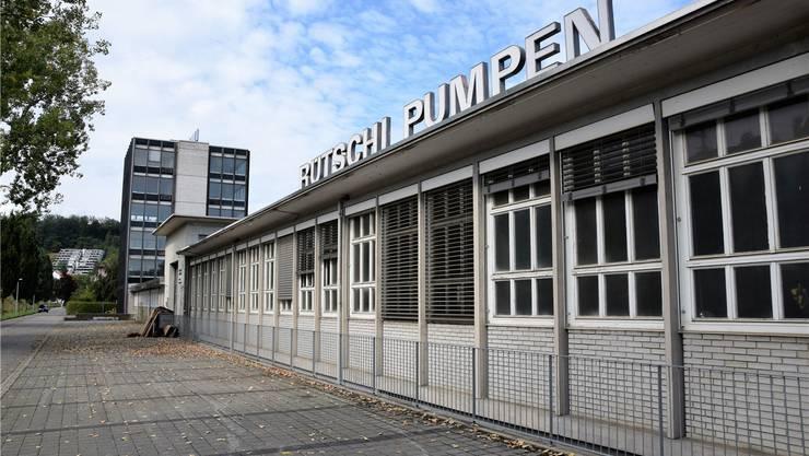 Das flache Fabrikgebäude soll erhalten bleiben. Vorgesehen sind verschiedene Aufbauten, um zusätzliche Wohnfläche zu schaffen. Bild: mhu