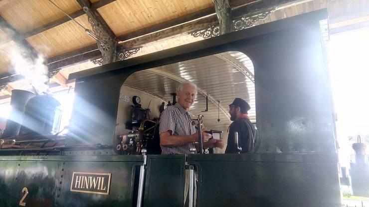 Stephan Wey (87) aus Schlieren ZH bei der Ankunft auf der Dampflok in Bauma ZH. Bild: zvg