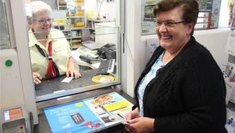 «Diese Postkarte ist ein Phänomen», sagt Silvia Kopp (l.) von der Post Niederwil. Christine Berger freut sich.