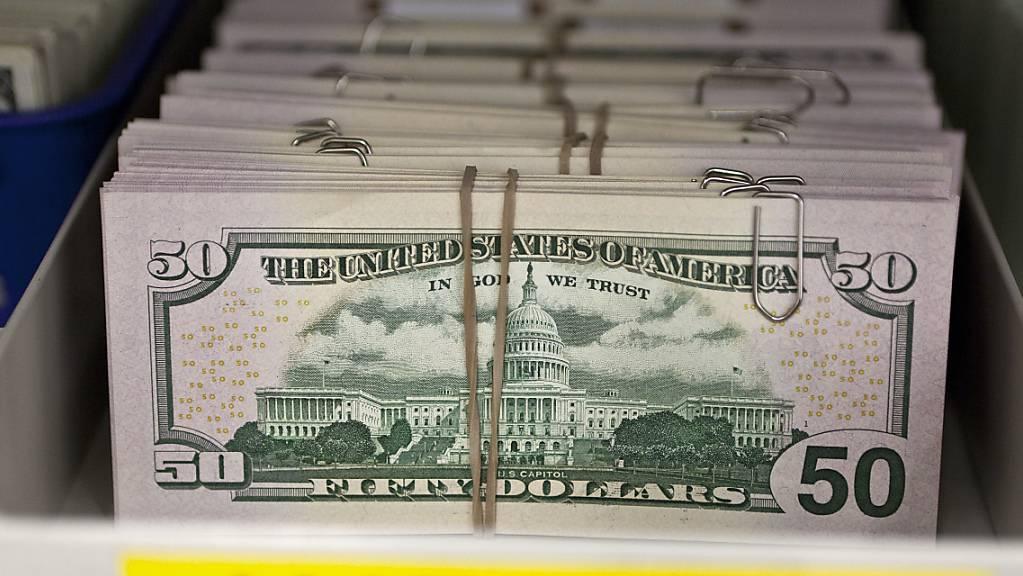 Ein Bankräuber in den USA hat nach seinem Überfall das erbeutete Geld unter Leuten verteilt und dann in einem Café auf die Polizei gewartet. (Symbolbild)