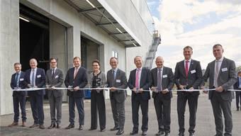 Gemeinsam mit Regierungsrat Stephan Attiger (2. von links) eröffneten die Verantwortlichen von DSM, Engie und EWZ am Dienstagnachmittag das Holzheizkraftwerk im Sisslerfeld.