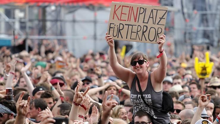 """Das von Zehntausenden Musikfans besuchte Festival """"Rock am Ring"""" in Deutschland ist wegen Terrorgefahr unterbrochen worden."""
