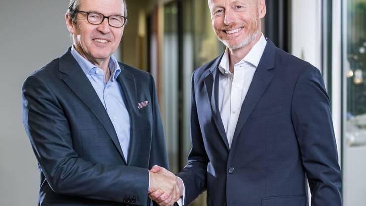 Mobiliar beteiligt sich mit 25 Prozent an Ringier. Die Chefs der beiden Konzerne bekräftigen den Deal mit einem Handschlag: Ringier-CEO Marc Walder (rechts) und Markus Hongler von der Mobiliar.