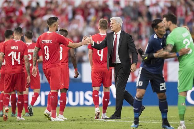 Trainer Vladimir Petkovic gratuliert Haris Seferovic nach Spielende zum Sieg