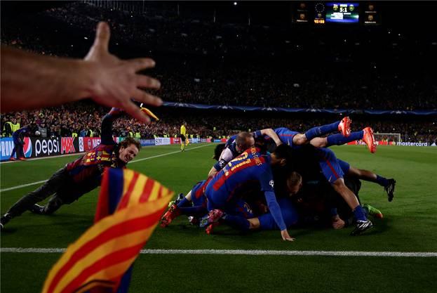 Ein Haufen Freude: Barcelona jubelt über den sensationellen Sieg. Keystone