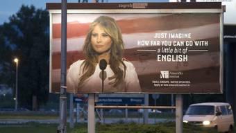 Sprachen lernen lohnt sich. Mit Fremdsprachen kann man es weit bringen, wie dieses Plakat in Kroatien propagiert. Doch beim Lernen sollte man selbstkritisch sein, sagen Forscher: Nur weil man den eigenen Akzent gut findet, muss er es noch lange nicht sein (Symbolbild).