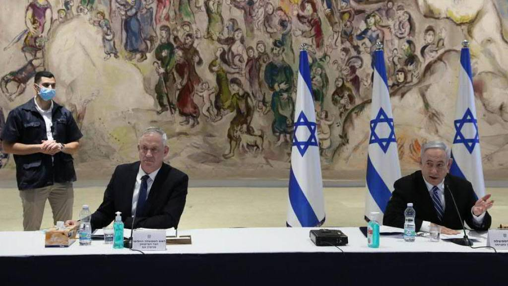 Israels Ministerpräsident Benjamin Netanjahu (r.) und sein neuer Partner Benny Gantz vor der ersten gemeinsamen Kabinettssitzung.