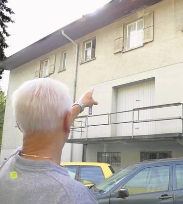 Der Hausverwalter zeigt auf das Fenster, aus dem die Katzenjungen geworden wurden. Der Mieter streitet ab, das getan zu haben.
