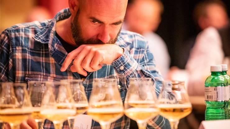 Nicht nur die Zunge, auch die Nase ist bei der Bierverkostung entscheidend: Lukas Porro an der Schweizer Meisterschaft der Bier-Sommeliers im November 2018.