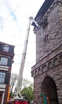 Basel, 16. Mai: Eine Frau war im Spalentor gestürzt und musste von Feuerwehr und Sanität aus einer Höhe von 15 Metern gerettet werden.
