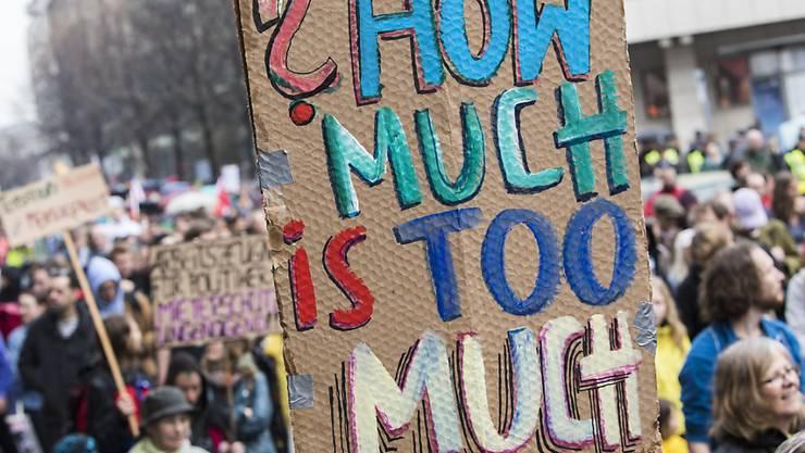 Wie viel ist zu viel? Das fragt dieses Plakat bei der Demonstration gegen Wohnungsmangel und hohe Mietpreise in Berlin.