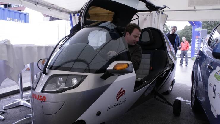Der Schweizer Zerotracer wird durch das Zelt manövriert