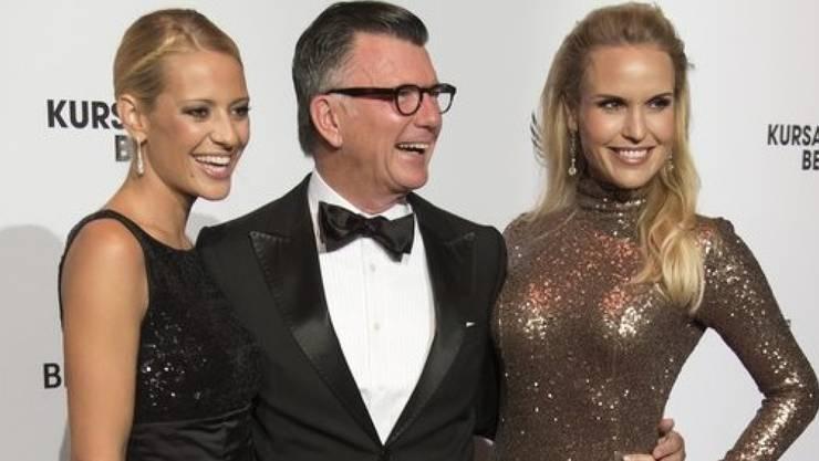 Clifford Lilley - hier mit Christa Rigozzi (l.) und Tamara Sedmak (r.) - kennt sich mit der Mode der Frauen aus: Zuletzt äusserte sich der Zürcher Stylist zum Stil von US-First-Lady Melania Trump. (Archivbild)