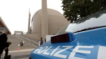 Sicherheitskontrollen und Absperrungen um die Zentralmoschee von Köln. Sie wird heute vom türkischen Präsidenten Recep Tayyip Erdogan formell eröffnet.