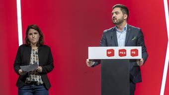 Mattea Meyer und Cedric Wermuth sprechen am Parteitag der SP in Basel, die Delegierten verfolgten dies mehrheitlich daheim vor dem Bildschirm.