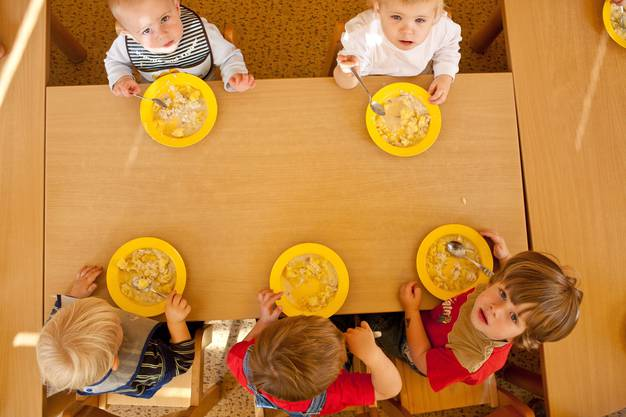 Kinder beim gemeinsamen Mittagessen.