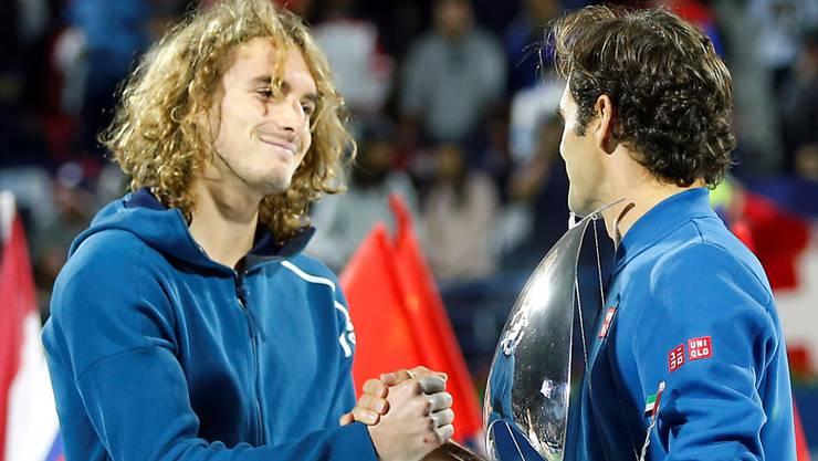 Revanche für die Niederlage in Australien: Stefanos Tsitsipas (li.) konnte Federer in Dubai nicht stoppen