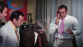 Im Bond-Streifen «Diamonds are forever» spricht James Bond (Sean Connery) mit gefälschter Stimme. Q (Desmond Llewelyn) hat einen Stimmen-Modulator gebaut.