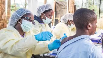 Über 170'000 Personen wurden in der Demokratischen Republik Kongo bereits gegen das Ebola-Virus geimpft. Impfteams müssen sich dafür unter anderem durch den Dschungel kämpfen und Rebellengebiete umgehen.