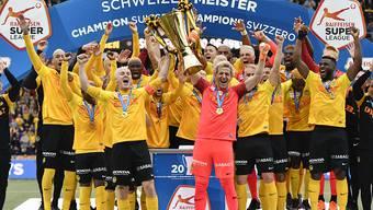 Steve von Bergen und Marco Wölfli an vorderster Front mit dem Pokal
