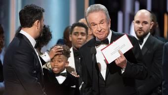 Unfassbar: Erst beim zweiten Mal hält Warren Beatty das richtige Couvert in der Hand: «Moonlight» gewinnt den Oscar für den besten Film, nicht «La La Land». AMPAS