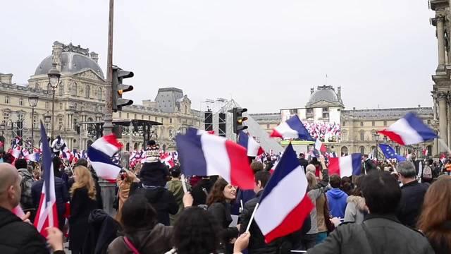 Macron-Anhänger feiern vor dem Louvre